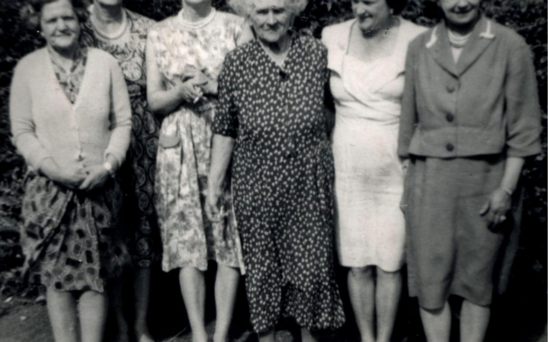 Escrick 1962 – 5 Digweed sisters with their Mother